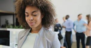 Femme d'affaires d'afro-américain analysant le plan d'action tout en faisant un brainstorm le groupe d'hommes d'affaires créant l banque de vidéos