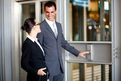 Femme d'affaires d'homme d'affaires à l'aide de l'ascenseur Photographie stock libre de droits