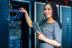 Femme d'affaires d'ingénieur dans la chambre de serveur de réseau Images stock