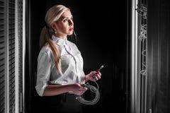 Femme d'affaires d'ingénieur dans la chambre de serveur de réseau Photographie stock libre de droits