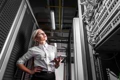 Femme d'affaires d'ingénieur dans la chambre de serveur de réseau Photo stock