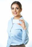 Femme d'affaires d'isolement sur le fond blanc Par la carte de crédit Image libre de droits