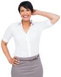 Femme d'affaires d'une chevelure brune réfléchie dans la jupe images libres de droits