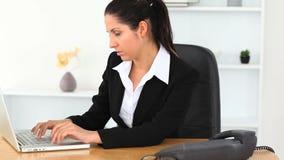 Femme d'affaires dactylographiant sur un ordinateur portable clips vidéos