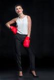Femme d'affaires dans des gants de boxe Photos stock