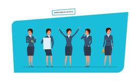 Femme d'affaires dans des situations de travail de bureau Travail avec des documents, archives, projets Photo stock