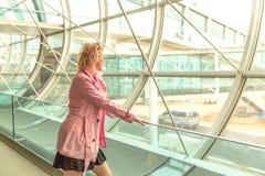 Femme d'affaires dans l'aéroport Photographie stock libre de droits