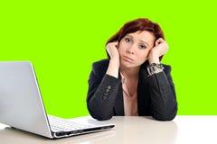 Femme d'affaires dans l'effort au travail avec l'ordinateur tirant ses cheveux rouges d'isolement sur le croma vert de chroma d'é photo stock