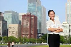 Femme d'affaires dans l'horizon de ville de Tokyo, Japon Image libre de droits