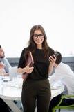 Femme d'affaires dans l'intérieur de bureau Photographie stock