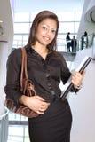 Femme d'affaires dans l'intérieur de corporation moderne Photos libres de droits