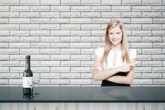Femme d'affaires dans la barre Photos stock