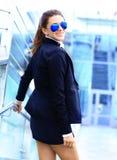 Femme d'affaires dans la grande ville regardant à bon escient loin. Image stock