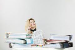 Femme d'affaires dans la pensée fonctionnante de bureau photographie stock