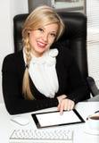 Femme d'affaires dans le bureau avec l'ipad Image stock