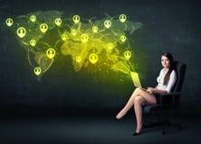 Femme d'affaires dans le bureau avec l'ordinateur portable et la carte sociale du monde de réseau Images stock