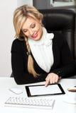 Femme d'affaires dans le bureau avec la tablette Photographie stock libre de droits