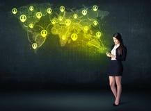 Femme d'affaires dans le bureau avec le comprimé et la carte sociale du monde de réseau Image libre de droits