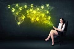 Femme d'affaires dans le bureau avec le comprimé et la carte sociale du monde de réseau Image stock