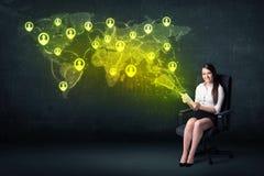 Femme d'affaires dans le bureau avec le comprimé et la carte sociale du monde de réseau Photographie stock libre de droits