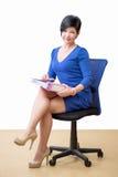 Femme d'affaires dans le bureau avec le papier image libre de droits