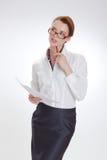 Femme d'affaires dans le bureau avec le papier, le htb et les verres Photos stock