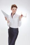 Femme d'affaires dans le bureau avec le papier, le htb et les verres Photographie stock
