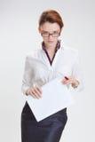 Femme d'affaires dans le bureau avec le papier, le htb et les verres Photos libres de droits