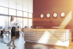 Femme d'affaires dans le bureau de l'espace ouvert avec la réception photo stock