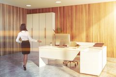 Femme d'affaires dans le bureau moderne de Président photo stock