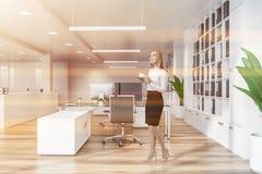 Femme d'affaires dans le bureau moderne image stock