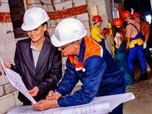 Femme d'affaires dans le casque de constructeur Photographie stock libre de droits