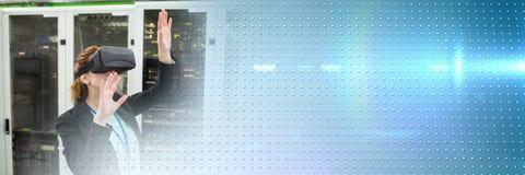 Femme d'affaires dans le casque de port de réalité virtuelle de pièce de technologie avec la transition bleue de technologie Image stock