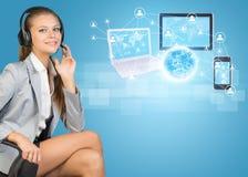 Femme d'affaires dans le casque, globe, ordinateurs Photos libres de droits