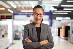 Femme d'affaires dans le centre commercial Photographie stock