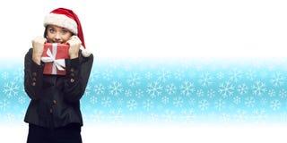 Femme d'affaires dans le chapeau de Santa tenant le cadeau Photos libres de droits