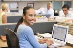 Femme d'affaires dans le compartiment utilisant le sourire d'ordinateur portatif photos stock