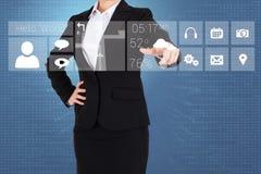 Femme d'affaires dans le costume indiquant le doigt le menu d'APP Photo stock