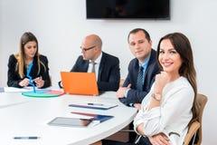 Femme d'affaires dans le lieu de réunion de la société d'architecture avec le coll photo libre de droits