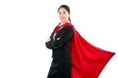 Femme d'affaires dans le manteau rouge de super héros dans le costume Photos stock