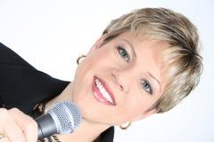 Femme d'affaires dans le noir avec le microphone Photo stock