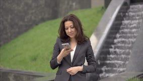 Femme d'affaires dans le procès parlant au téléphone banque de vidéos