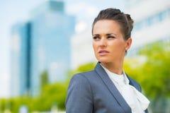 Femme d'affaires dans le secteur de bureau photographie stock libre de droits