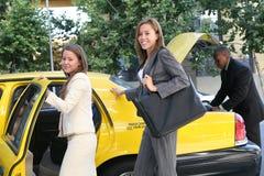 Femme d'affaires dans le taxi Image stock