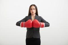 Femme d'affaires dans les gants de boxe rouges Photo libre de droits