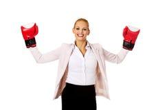 Femme d'affaires dans les gants de boxe rouges Photographie stock