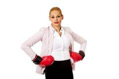 Femme d'affaires dans les gants de boxe rouges Photos stock