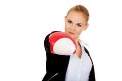 Femme d'affaires dans les gants de boxe rouges Photo stock