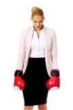 Femme d'affaires dans les gants de boxe rouges Image stock