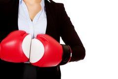 Femme d'affaires dans les gants de boxe rouges Photos libres de droits